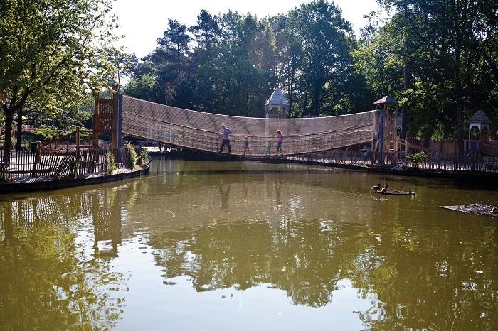 Loopbrug over het water