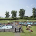 Buitenzwembad met buitenbad en zonneweide