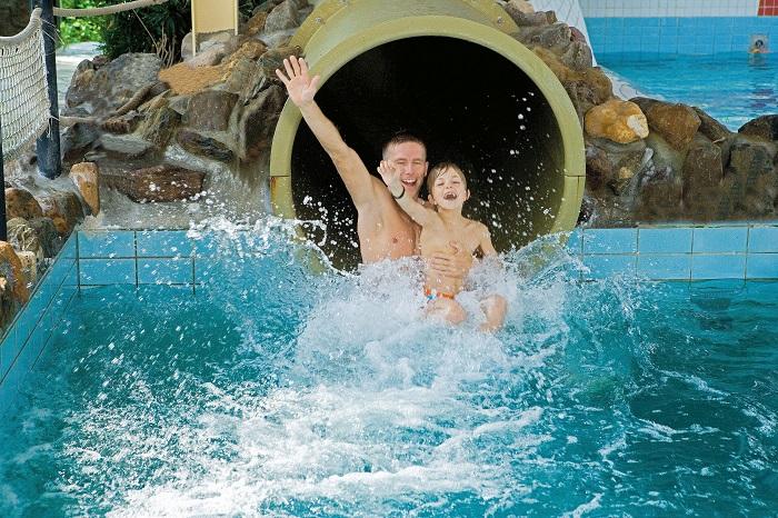 Binnenzwembad met glijbaan