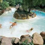Zwembad met wildwaterbaan