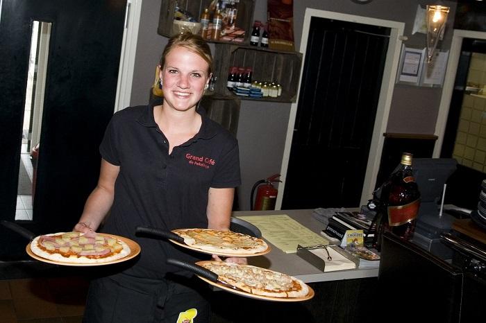 Pizza eten in het restaurant