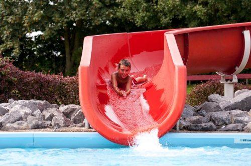 Buitenzwembad met glijbaan
