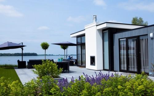 Vrijstaand vakantiehuis aan het water