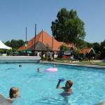 Verwarmd buitenzwembad op vakantiepark