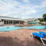Buitenzwembad met ligstoelen