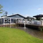 Restaurant met terras aan het water