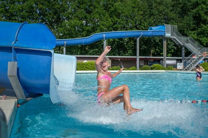 Zwembad met waterglijbaan op loopafstand van vakantiepark