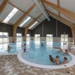 Binnenzwembad op bungalowpark