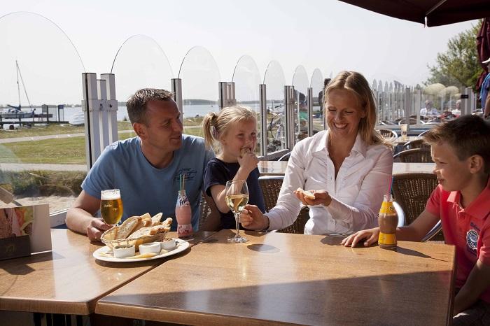 Eten op het terras van restaurant RCN de Schotsman