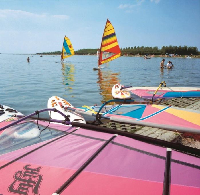 Windsurfen op het recreatiemeer
