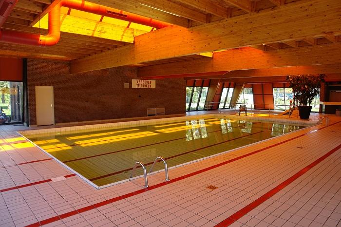 binnenzwembad verlicht