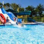 Buitenzwembad met glijbanen