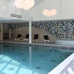 Binnenzwembad met ligstoelen