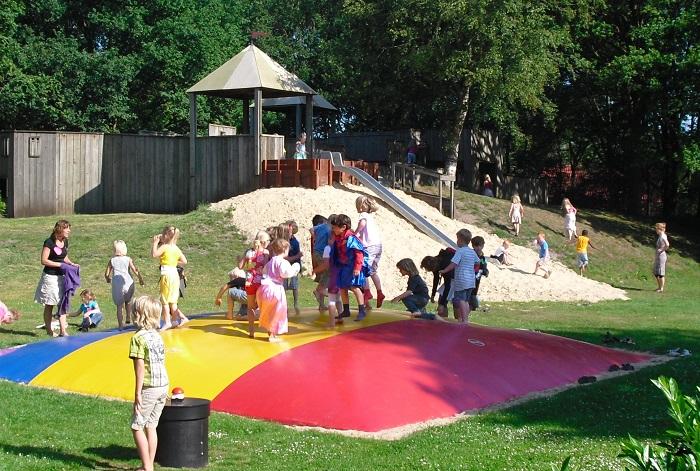 Kinderen springen op het springkussen