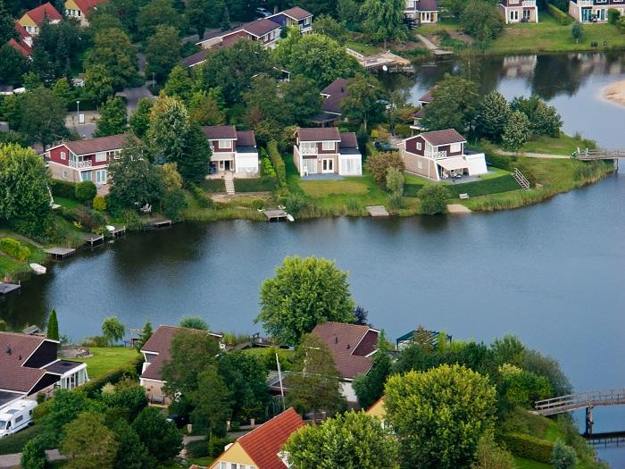 Luchtfoto van bungalows aan het water