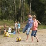 Voetballen op het strandje