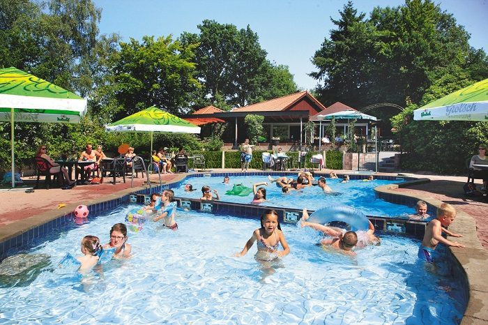 Buitenzwembad met kinderbad op het bungalowpark