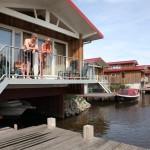 Villa met terras uitkijkend op het water