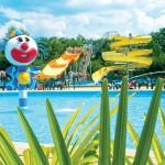 Buitenzwembad met meerdere glijbanen