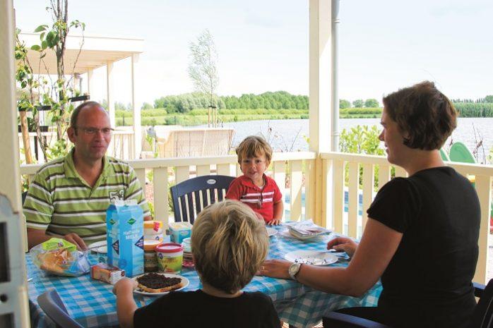 Ontbijten op de veranda