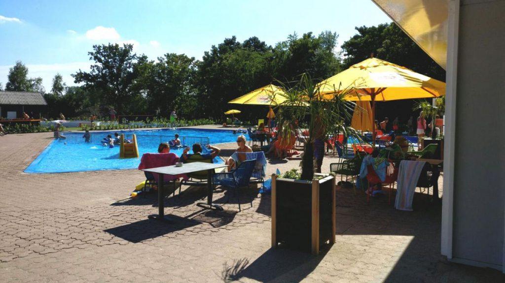 Terras en zwembad op Resort Veluwemeer