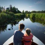 bootje varen door kanaal