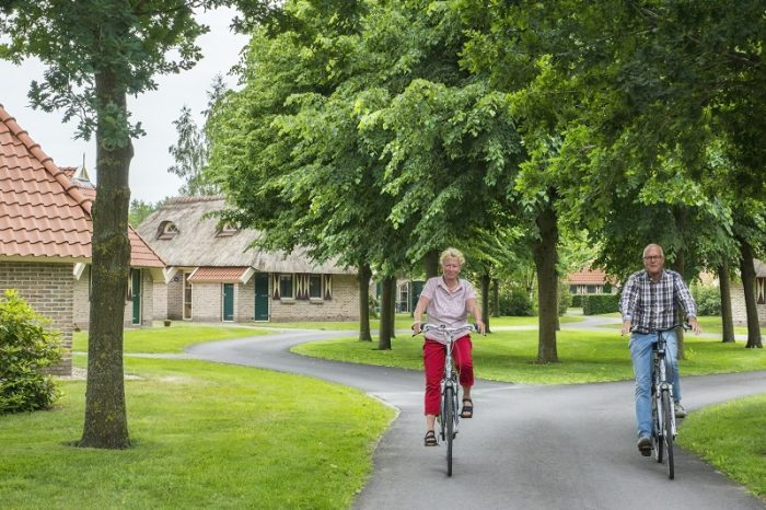 Striks Erve fietsers op fietspad door park